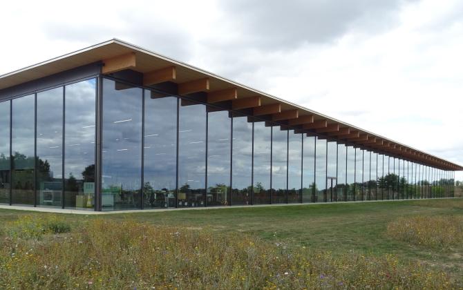 Le bâtiment, avec une façade entièrement vitrée, favorise la lumière naturelle.