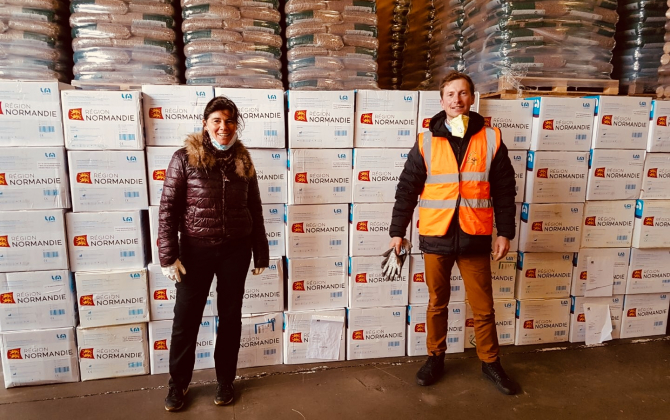 « Valérie Rai Punsola, DG de Normandie Energies, accueillie par Pierrick Bernard, Business Excellence Manager chez Biocombustibles, lors de la distribution des masques de protection ».
