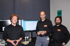 Julien Hatin, Julien Zimmermann et Baptiste Hemery travaillent sur le smart contract à Orange Lab à Caen